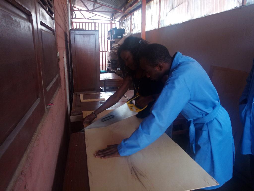 Une femme enseignant comment scier une planche